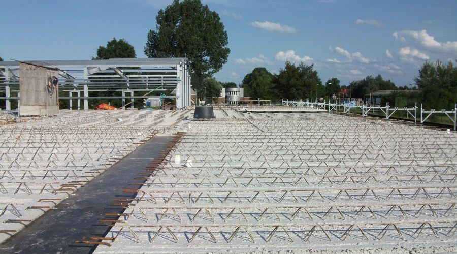 Weiterlesen: Fertigbetonplatten für das Flachdach wurden in den vergangenen Tagen verlegt   Bild: Meyer