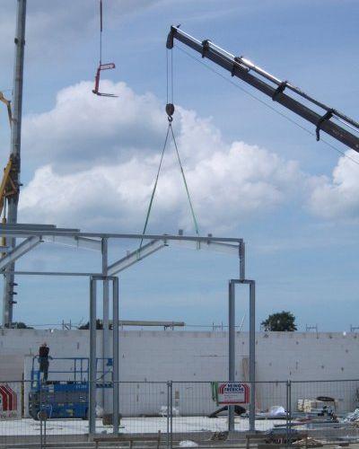 Weiterlesen: Mitarbeiter der Stahlbaufirma sind dabei das Grundgerüst der Fahrzeughalle herzustellen.   Bild: Meyer