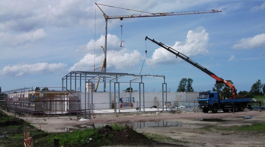 Weiterlesen: Mitarbeiter der Stahlbaufirma sind dabei das Grundgerüst der Fahrzeughalle herzustellen. | Bild: Meyer