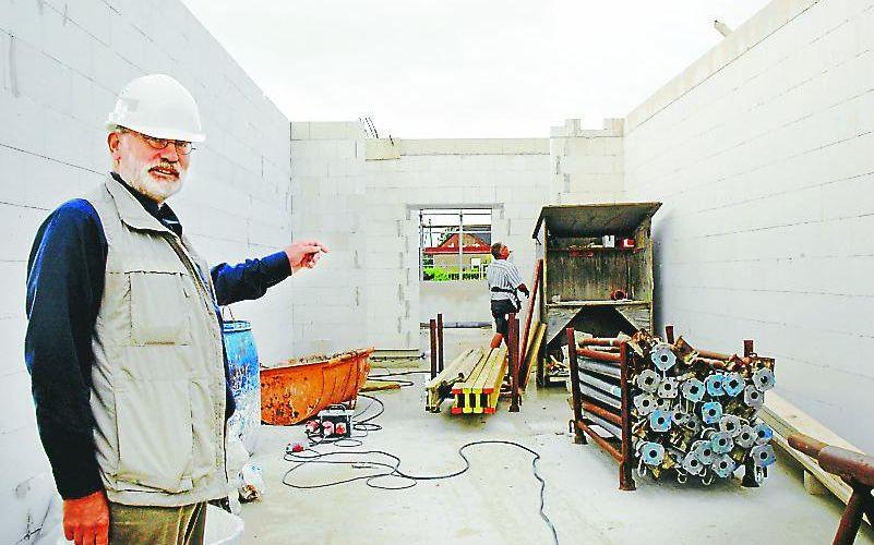 Weiterlesen: Projektleiter John Conrad informiert über den Baufortschritt am Feuerwehrhaus Wittmund. | Bild: Inga Mennen, Anzeiger für Harlingerland