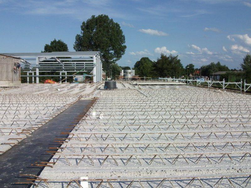 Fertigbetonplatten für das Flachdach wurden in den vergangenen Tagen verlegt | Bild: Meyer