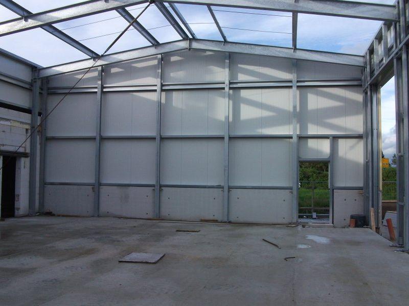 Die Außenwände der Fahrzeughalle sind bereits montiert. | Bild: Meyer