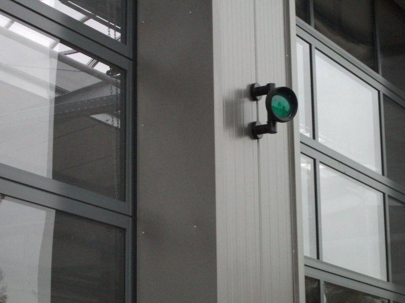 Jeder Fahrzeugstellplatz ist mit einer grünen Ampel versehen. | Bild: Meyer